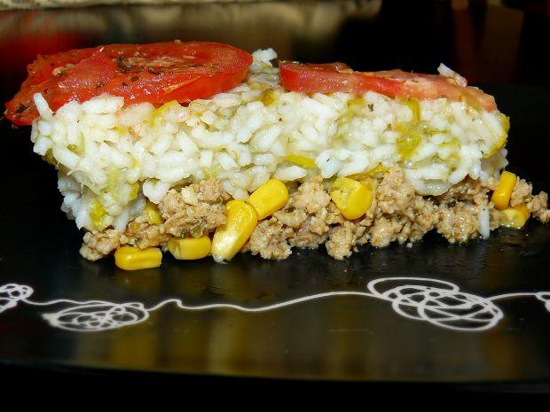 Torcik mięsno-ryżowy z porem, kukurydzą i pomidore
