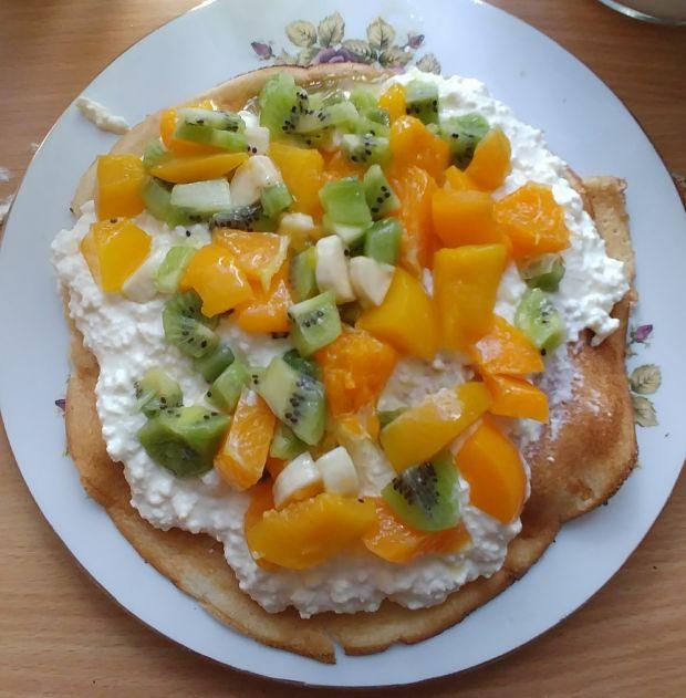 Torcik naleśnikowy z serem i owocami