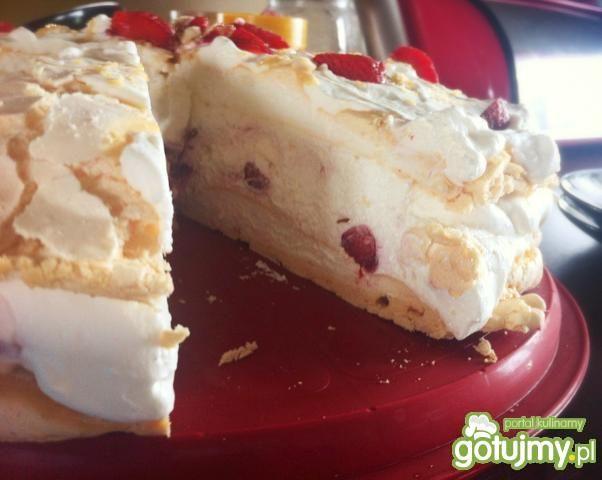 Tort bezowo-truskawkowy