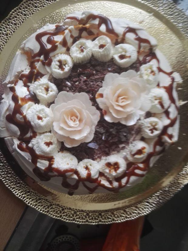 Tort bezowy z amaretto i czekoladą