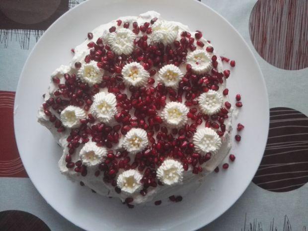Tort bezowy z bitą śmietaną