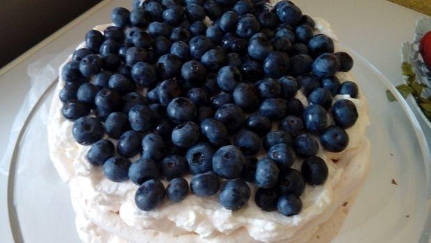 Tort bezowy z borówkami