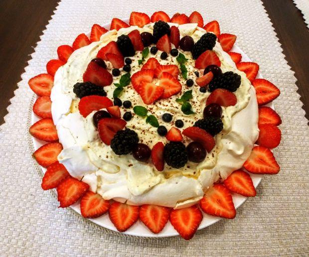 Tort bezowy z frużeliną wiśniową i owocami