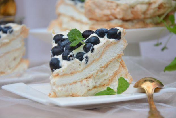 Tort bezowy z kremem miętowym i borówkami