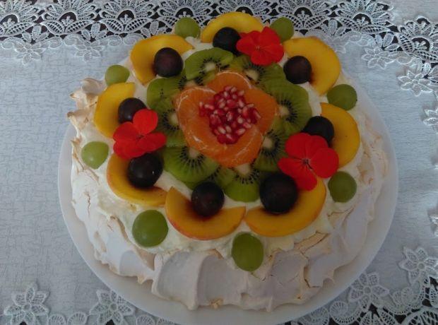 Tort bezowy z sosem z mango, kremem i owocami