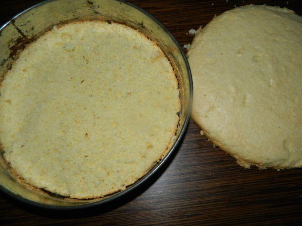 Tort biszkoptowy z kremem malinami i galaretką