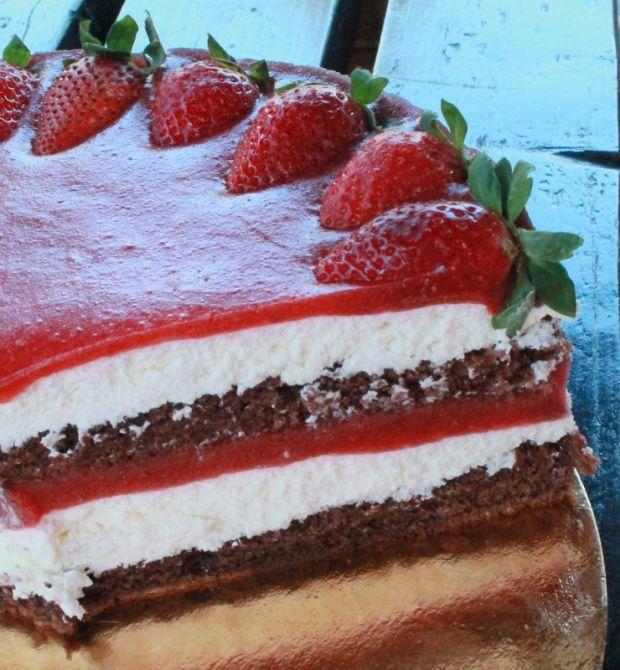 Tort czekoladowy z musem rabarbarowo truskawkowym