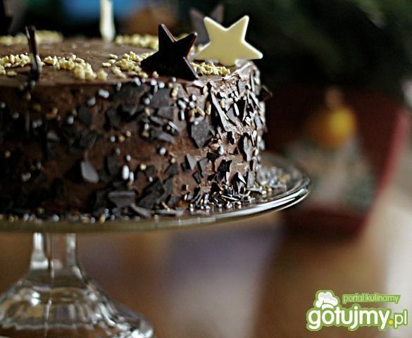 Tort kakaowy z dodatkiem wiśni.