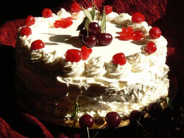 Tort kakaowy z wiśniami