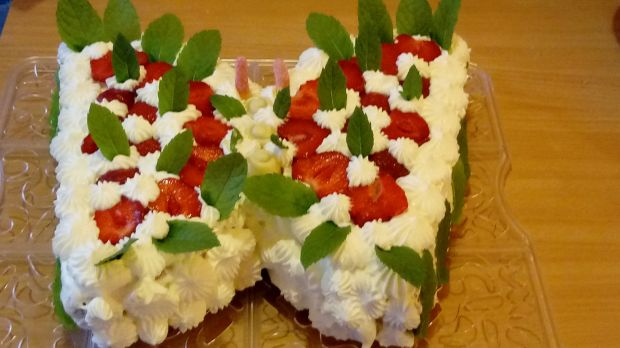Tort motyl z bitą śmietaną i truskawkami