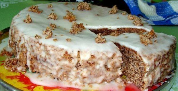 Tort orzechowy z rumowym lukrem