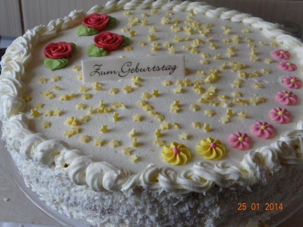 Tort Rafaelo przekładany czarnymi porzeczkami