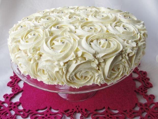 Tort śmietankowy z brzoskwiniami
