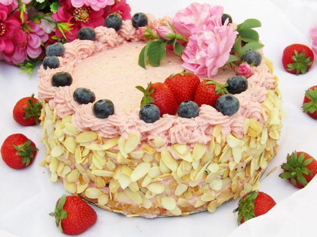 Tort truskawkowy z borówkami