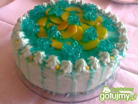 tort turkusowy z bitą śmietaną i owocami
