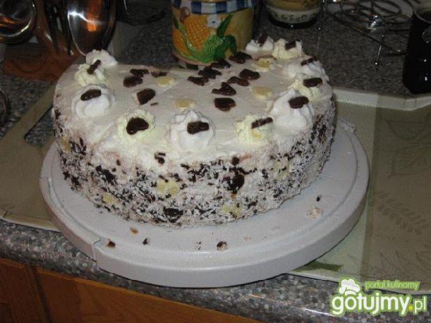 Tort z kremem czekoladowym i bitą śmieta