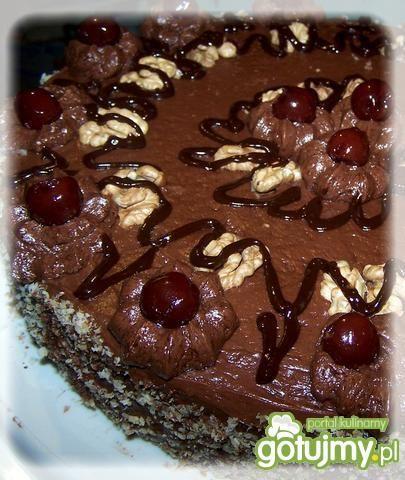 Tort z kremem czekoladowym i wiśniami.
