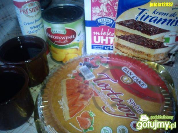 Tort z kremem, galaretką, owocami i bitą