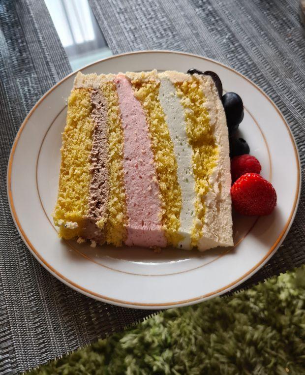 Tort z masą kinder bueno, truskawkową i agrestowa