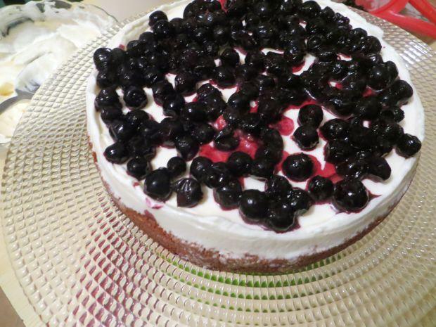 Tort z mrożonych jagód