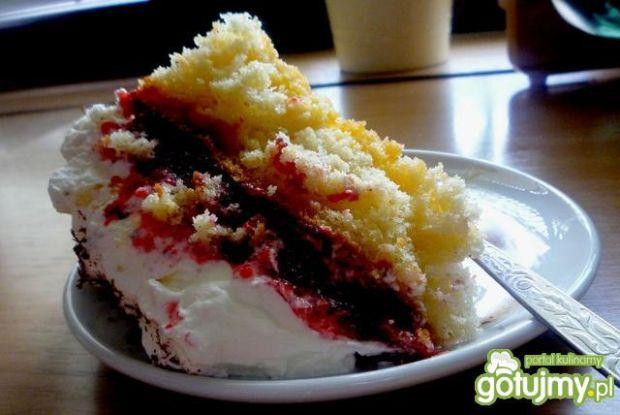 Tort z musem truskawkowym i śmietaną