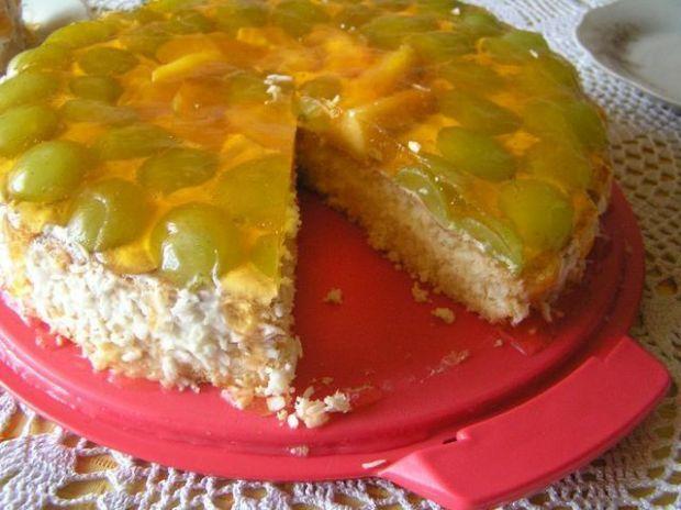 Tort z nektarynkami i winogronem