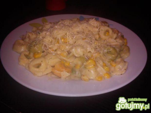 Tortellini w sosie serowym z kukurydzą
