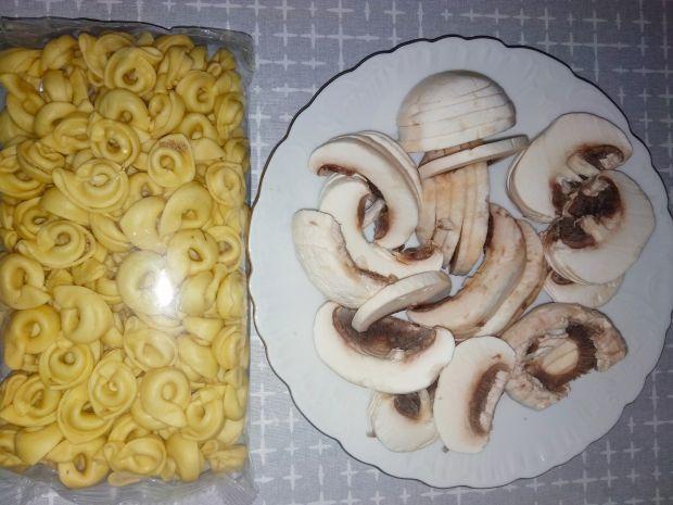 Tortellini z pieczarkami, szpinakiem i serem.
