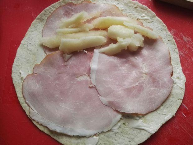 Tortilla z gruszką, serem pleśniowym i szynką