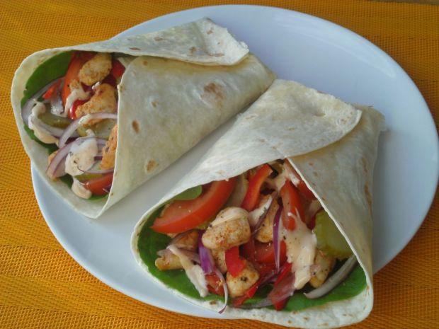 Tortilla z kurczakiem i ogórkiem konserwowym