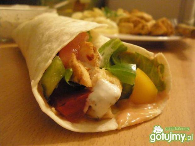 Tortilla z kurczakiem i warzywną sałatką