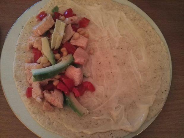 Tortilla z kurczakiem na ostro i awokado