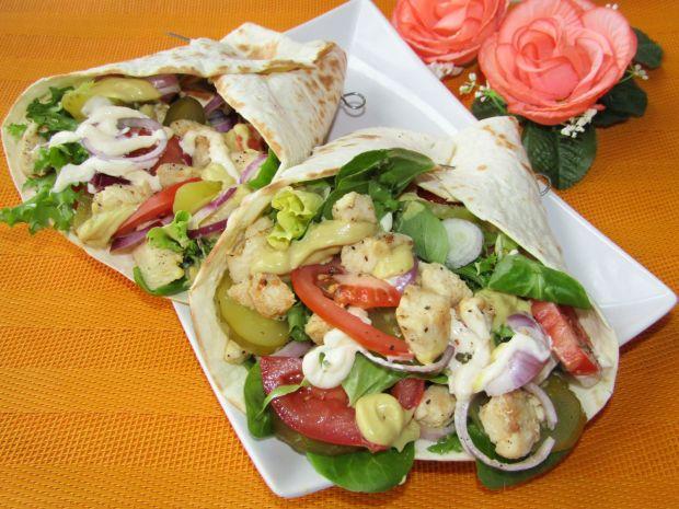 Tortilla z kurczakiem, warzywami i sosem