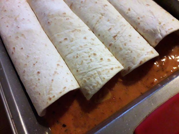 Tortilla z mięsem pod pierzynką pomidorową
