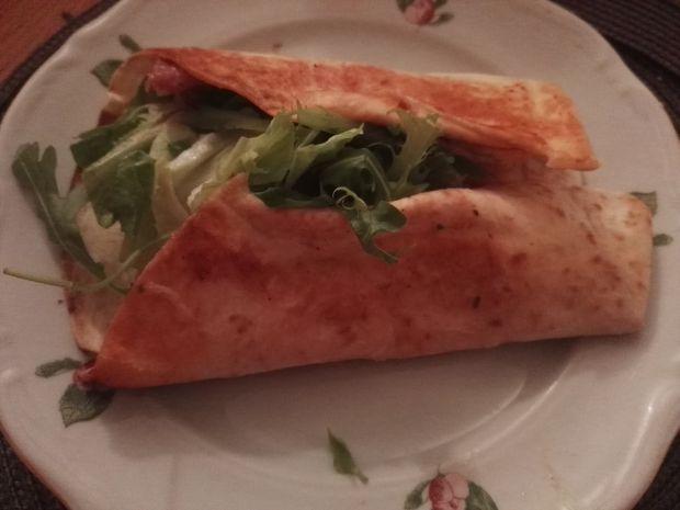 Tortilla z serem i warzywami