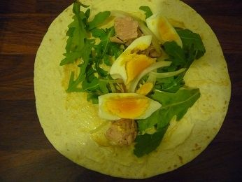 Tortilla z tuńczykiem, jajkiem i rukolą
