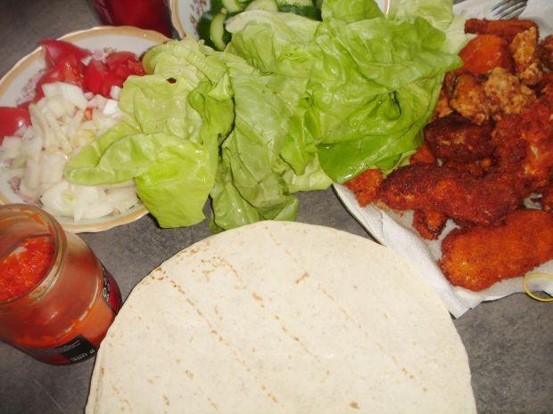 Tortille z chrupiącym kurczakiem i warzywami