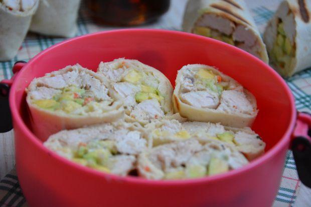 Tortille z indykiem, awokado i sałatką colesław