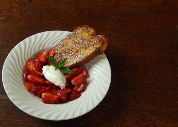 Tost francuski z truskawkami i creme fresh