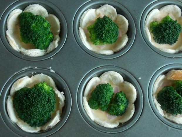 Tostowe babeczki z brokułem