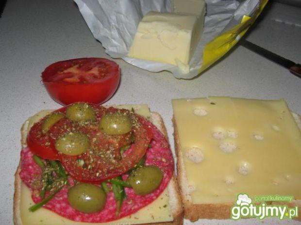 Tosty z salami i oliwkami