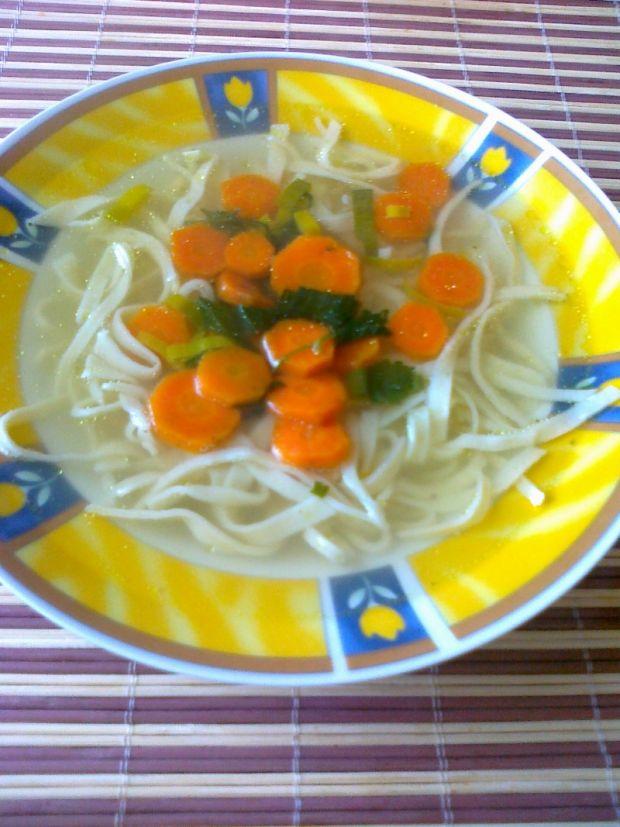 Tradycyjny domowy rosół z makaronem