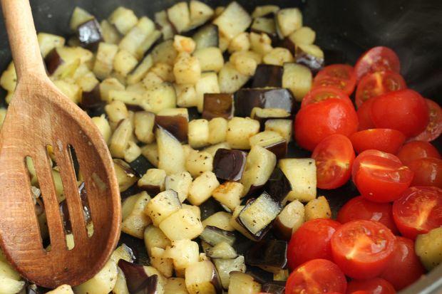 Tricolore z sosem czosnkowym i kostką sojową