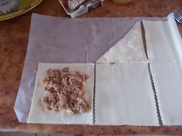 Trójkąty z białką kiełbasą i podsmażaną kapustą