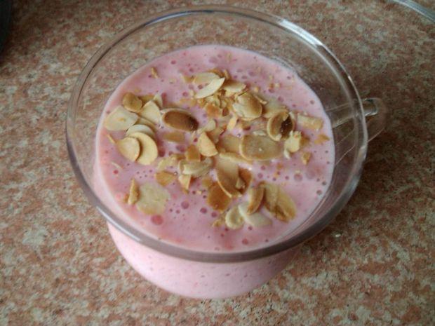 Truskawki z jogurtem i prażonymi migdałami