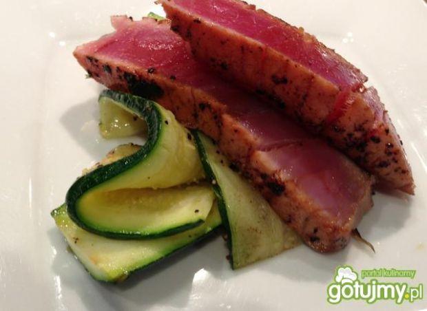 Tuńczyk w pieprzu moczony w sosie