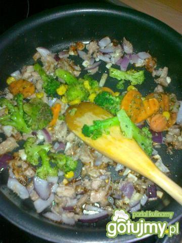 Tuńczyk w sosie z makaronem i warzywami