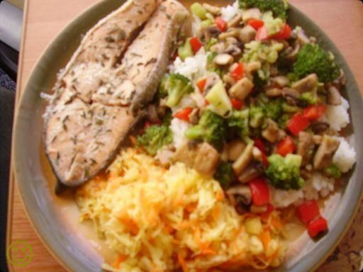 Tymiankowy łosoś z ryżem i warzywami.