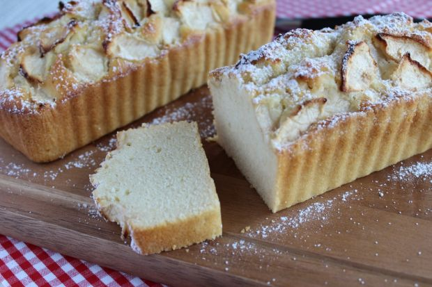 Ucierane ciasto na białkach z jabłkami