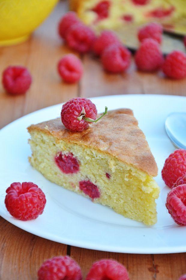 Ucierane ciasto z migdałami i malinami